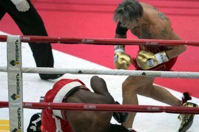 El extraño nocaut con el que Mickey Rourke volvió al boxeo, en Rusia, con 62 años