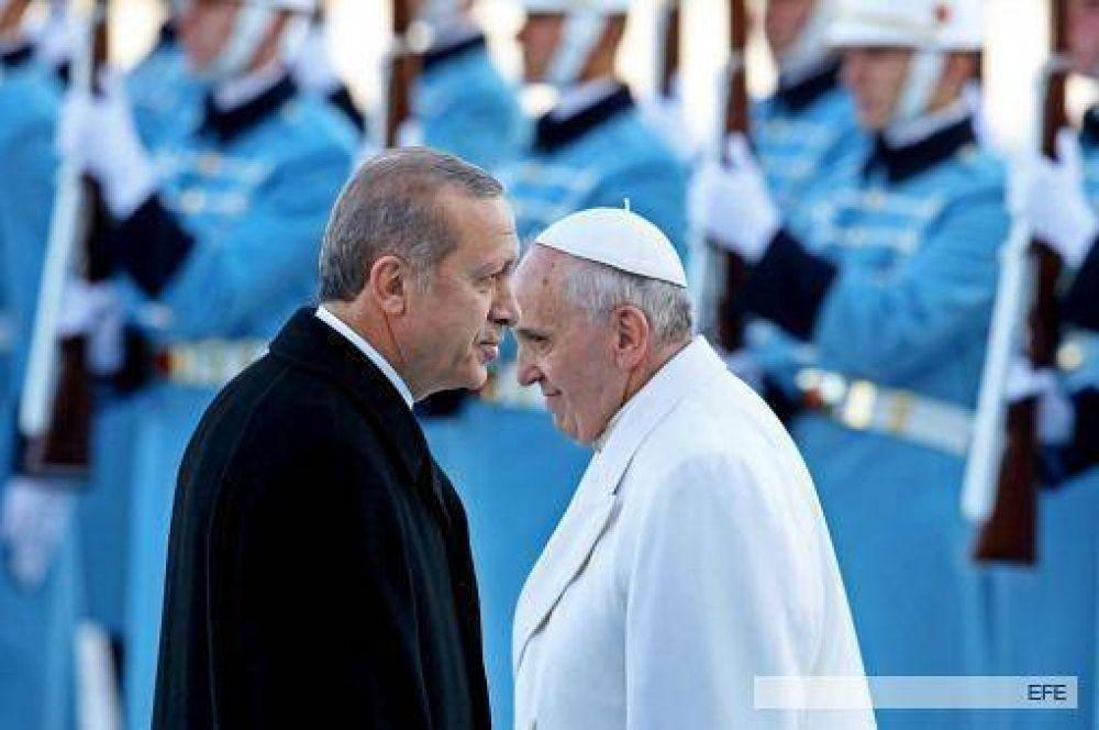 Francisco rechazó la respuesta militar como única vía a los conflictos y llamó al diálogo entre las FES