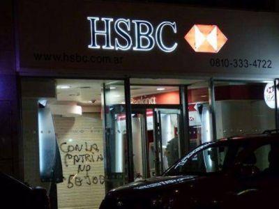 Escracharon al banco HSBC sucursal San Juan involucrado en denuncias de evasión fiscal