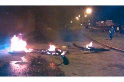 Vecinos del barrio Pirola cortaron calles para reclamar asistencia al municipio