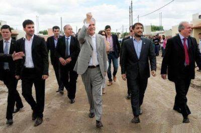 Echarren inauguró viviendas y De Vido anunció obras para Castelli