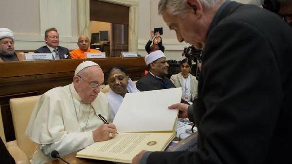 El Papa y otros líderes religiosos firman un compromiso contra la trata de personas