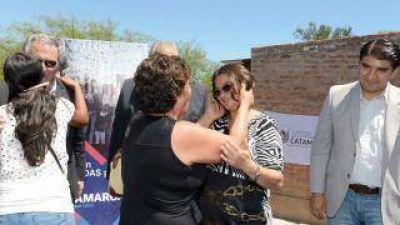 La gobernadora entregó viviendas a familias de Paclín