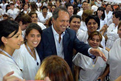 Scioli encabez� el egreso de 800 flamantes enfermeros del Programa Eva Per�n