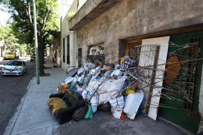 Tiene su casa tapada de basura y vive en la vereda