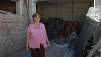 A un mes, vecinos reparan paredes, heridas e historias