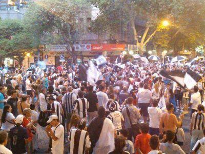 Miles de hinchas festejaron en el kil�metro cero de Mendoza