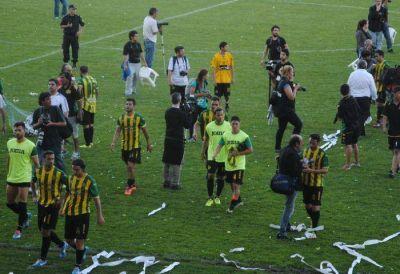 Los jugadores se retiraron ovacionados del campo de juego