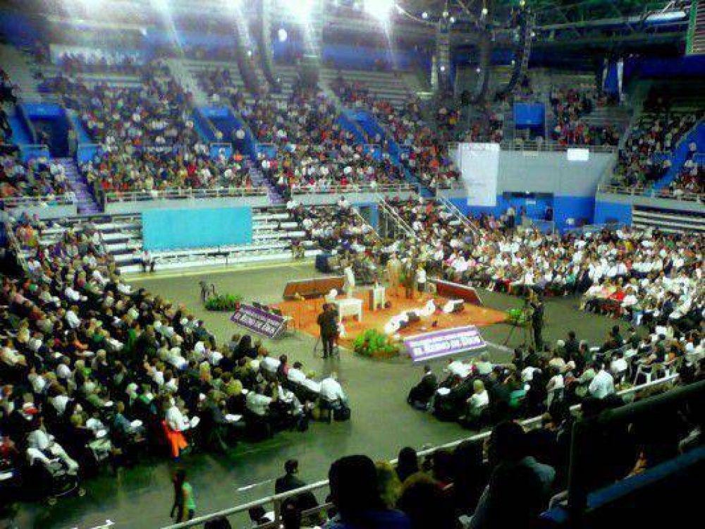 Una multitud en las asambleas de los testigos de Jehová