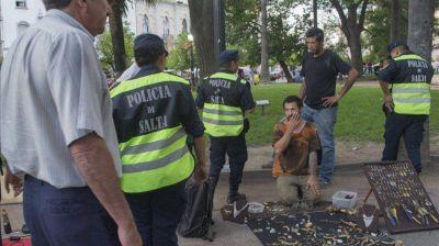Manteros y ambulantes se instalaron en la Plaza 9 Julio Salta