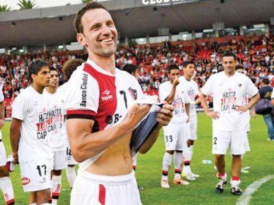 El capitán de Newell's Lucas Bernardi le dijo adiós al fútbol en una emotiva y calurosa despedida