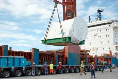 El arribo de un buque con equipamiento petrolero moviliza a un centenar de personas en el puerto local