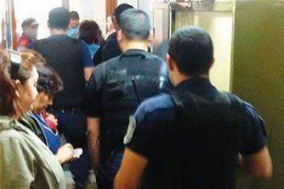 POLICÍAS DESALOJAN A LA FUERZA A AUXILIARES DE ATE EN EDIFICIO DE EDUCACIÓN EN COMODORO