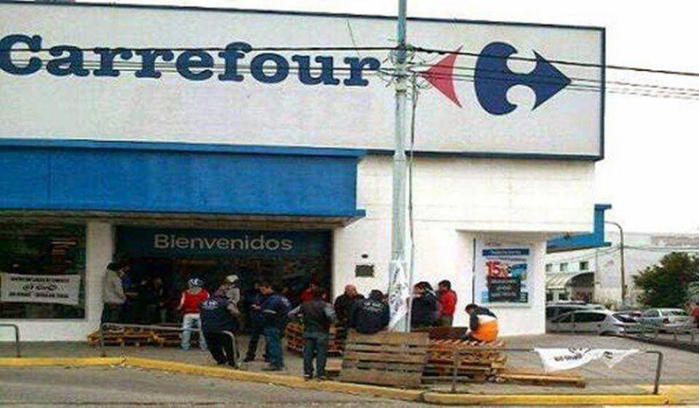 Paro en Carrefour por reclamo bono navideño