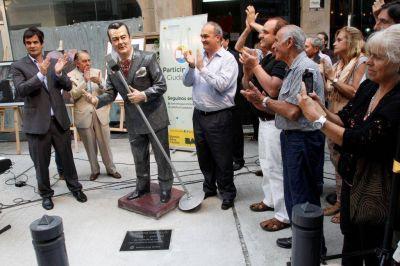 En el Día Nacional del Tango, se inauguró la escultura de Alberto Castillo en el pasaje Carlos Gardel