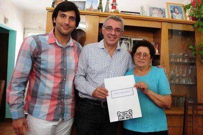Zamora entregó escrituras a vecinos de distintas localidades de Tigre