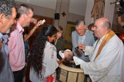 Gioja participó de la celebración del bautismo presidencial de 10 chicos