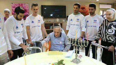 Más de mil ex soldados israelíes celebraron Jánuca con sobrevivientes del Holocausto