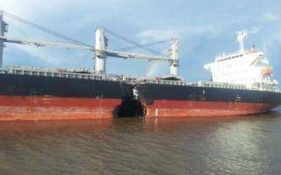 Choque de barcos en Río Paraná: Empresa contratada controla derrame de combustible