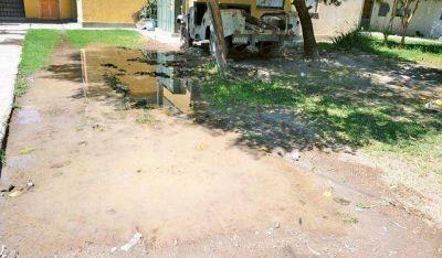 Reclamos en Chimbas por caños de agua potable rotos, y algo más