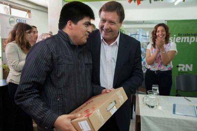 El gobernador entregó créditos CREAR, aportes a instituciones y matrículas a cooperativas