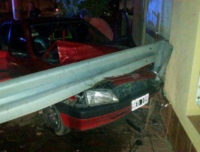 Alcoholizado perdió el control de su auto: chocó contra un poste y el frente de una casa