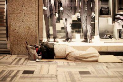 El Papa regala 300 sacos de dormir a los «sin techo» de Roma