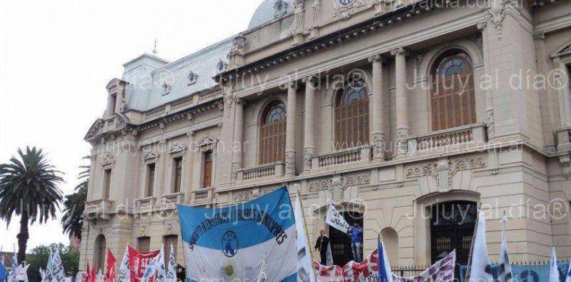"""Crisis institucional en Jujuy: el FGE llevó a cabo la """"marcha de la resistencia"""" contra el gobierno de Fellner y decidió prolongar el paro"""