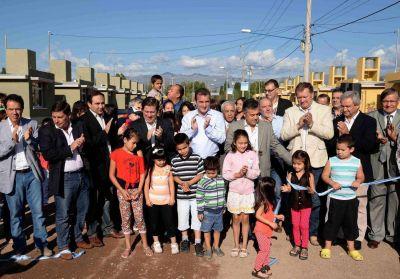 El Gobernador entregó más de 300 viviendas en Godoy Cruz