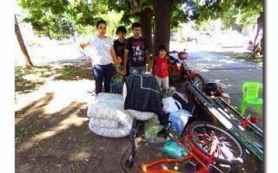 Familia desalojada protesta frente a la Municipalidad de Bragado