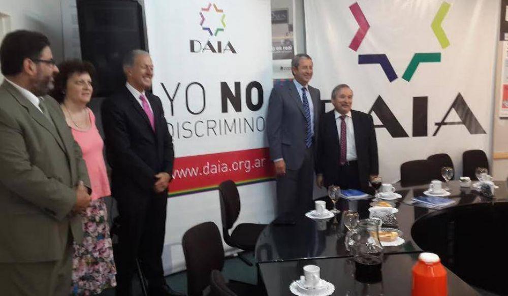 El diputado Cobos visitó la DAIA y alentó el proyecto de juzgamiento en ausencia