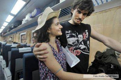 Los pasajeros de los primeros coches 0 KM celebraron el viaje en un tren