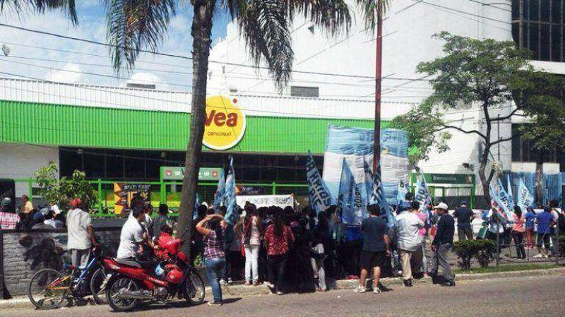 Piqueteros volvieron a reclamar alimentos con movilizaciones a más de 30 hipermercados
