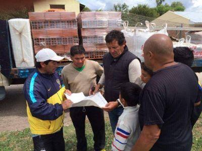 Curuchet donó materiales de construcción para una escuelita de fútbol
