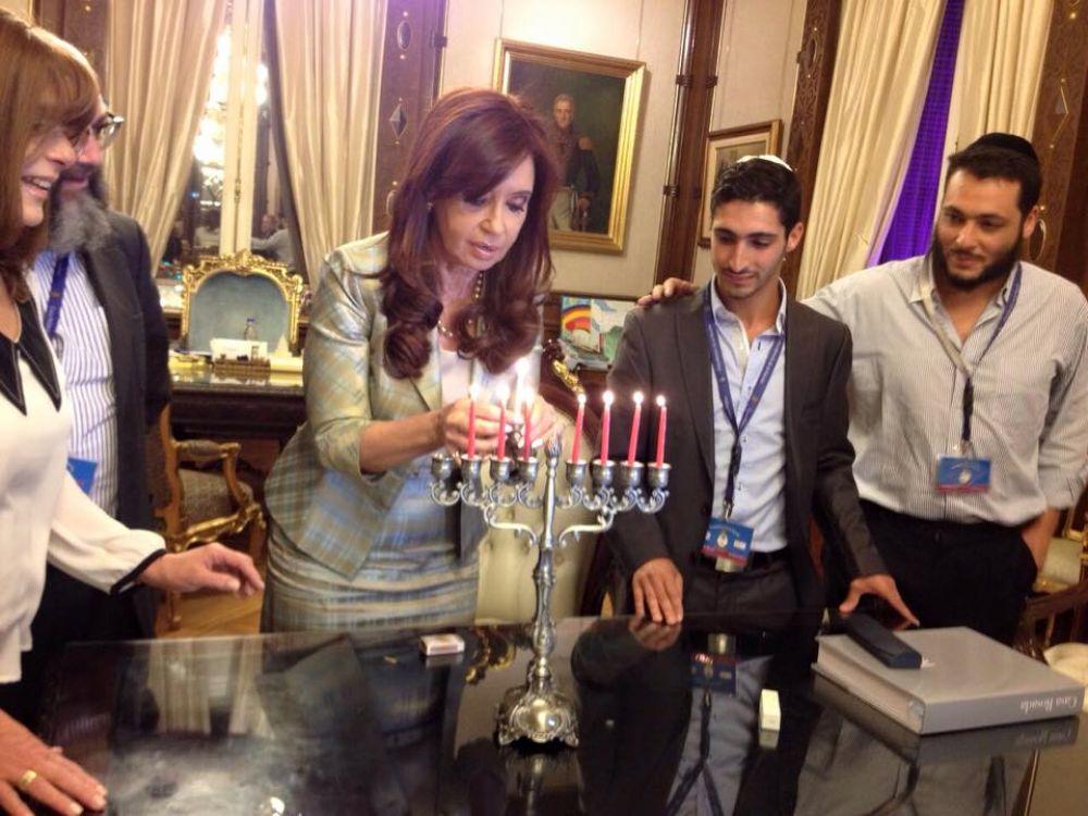 La presidenta Cristina Kirchner encendió la séptima vela de Jánuca junto al joven judío amadrinado