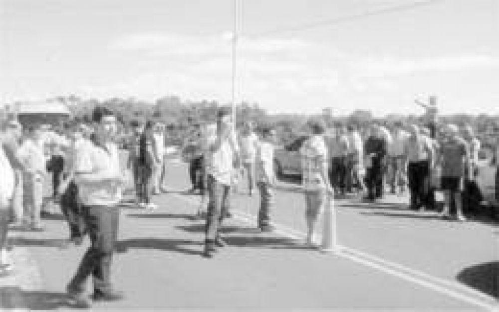 Taxistas de Puerto Iguazú cortaron el paso sobre el puente internacional Tancredo Neves