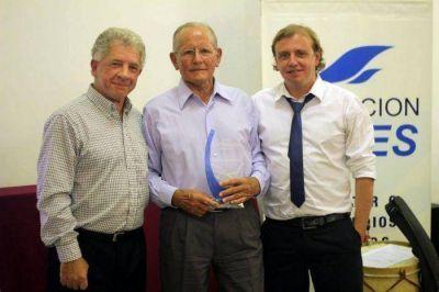 Emilio Czerner, una leyenda del remo, fue galardonado por la Fundación Cepes