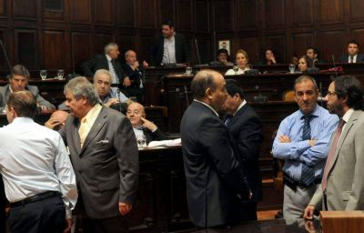 """El PJ busca negociar con la UCR para """"salvar"""" el Presupuesto en el Senado"""