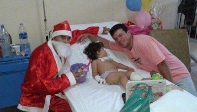 Los Papá Noel del Tekové Potí llevaron regalos al Hospital Juan Pablo II