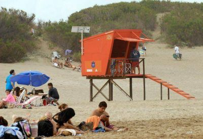 La Gobernación pintó de color naranja hasta las casillas de los guardavidas