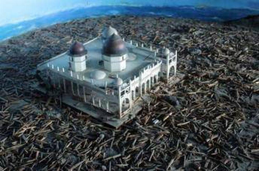 Miles de personas rezan en mezquita a una década del tsunami en Indonesia