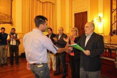 La Provincia entregó vehículos, embarcaciones, certificados de capacitación e indumentaria a instituciones del Turismo