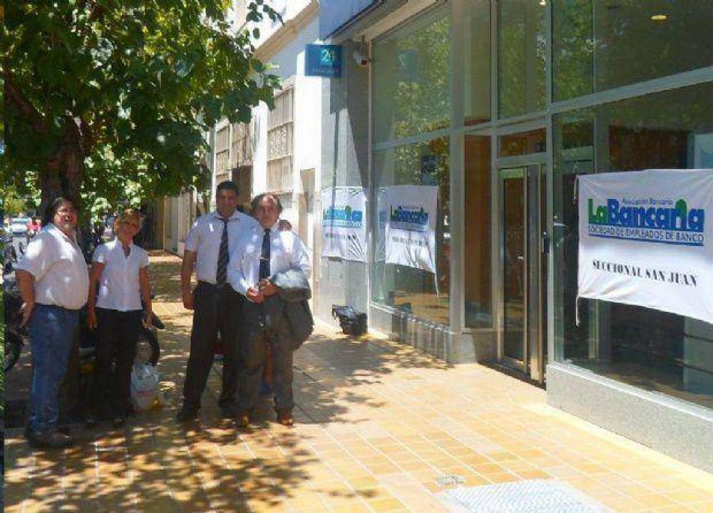 La Bancaria reclamó en la puerta del banco Patagonia por pagos adeudados