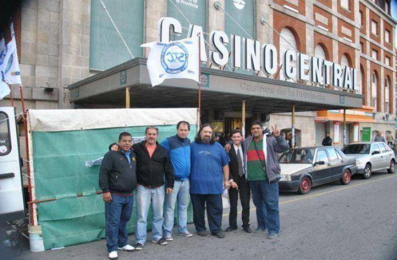 """Trabajadores de Casinos, Lotería, Agencias e Hipódromos iniciaron un acampe en las puertas de la """"Casa de Piedra"""""""