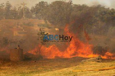 Importante incendio de pastizales en Villa Cordobita
