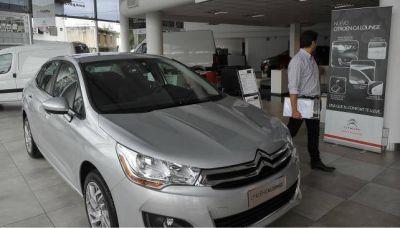 Pese a la débil demanda, el precio de los autos sube