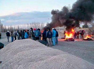 """Un grupo de desocupados de 25 de Mayo cortó el acceso al yacimiento """"El Corcovo"""""""