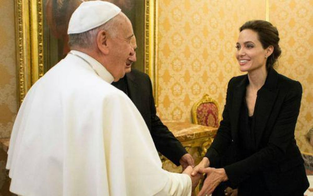 El Papa Francisco saluda a Angelina Jolie en el Vaticano