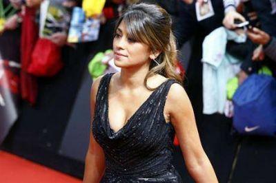 La belleza de Antonella Roccuzzo, la mujer de Lionel Messi en Zurich: un escote sugerente y el saludo a Del Piero
