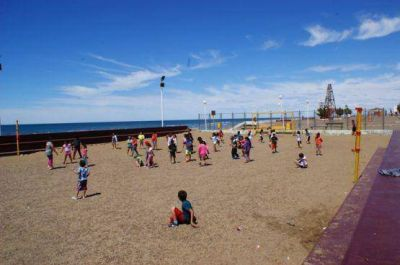 Contin�an con �xito las colonias de verano en Caleta